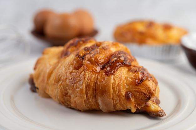 Pain Cuit Avec Des Ingrédients Oeufs Et Farine De Tapioca Dans Une Tasse. Photo gratuit