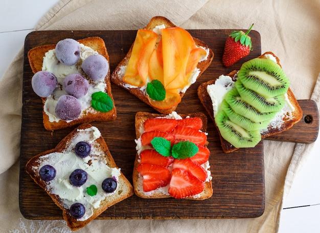 Pain doré au fromage à pâte molle, fraises, kiwi, noix de grenoble Photo Premium
