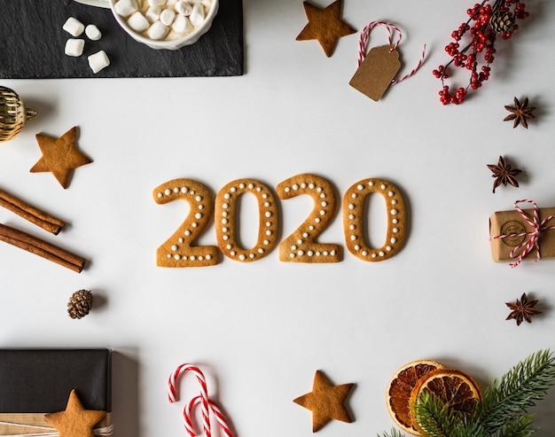Pain d'épice 2020 biscuits au gingembre et mug au chocolat avec guimauves Photo Premium