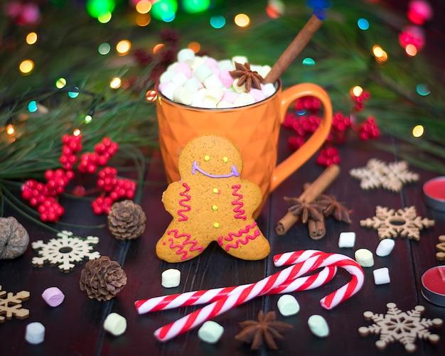 Pain d'épice, chocolat chaud, cannelle, clous de girofle sur la table en bois bonne année, joyeux noël Photo Premium