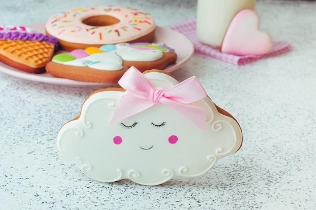 Pain d'épice de cookie nuage sommeil drôle sur fond blanc Photo Premium