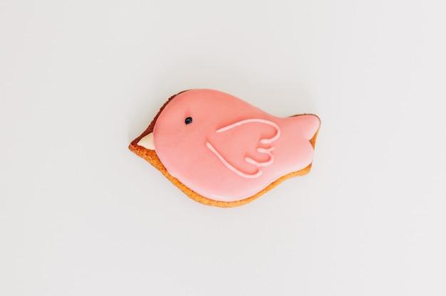 Pain d'épice délicieux sous la forme d'un oiseau rose. Photo Premium