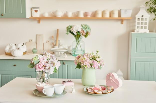 Pain d'épice pour le 8 mars dans la cuisine lumineuse avec des fleurs Photo Premium