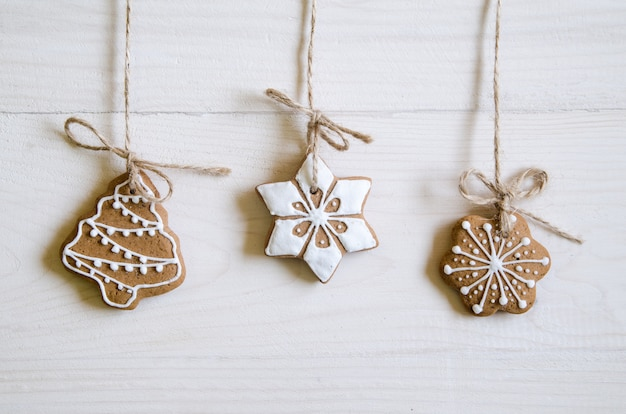 Pain D'épices De Noël De Différents Types Sur Une Table En Bois Noir Et Blanc Photo Premium