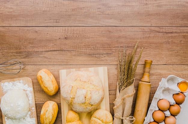 Pain fait à la main avec des ingrédients et ustensiles de cuisine Photo gratuit