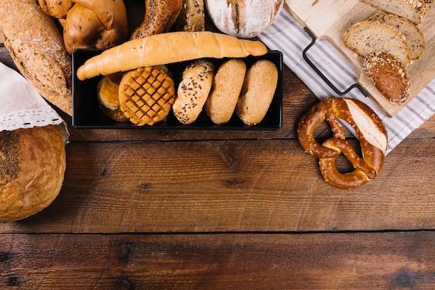 Pain fraîchement cuit au four sur fond texturé en bois Photo gratuit