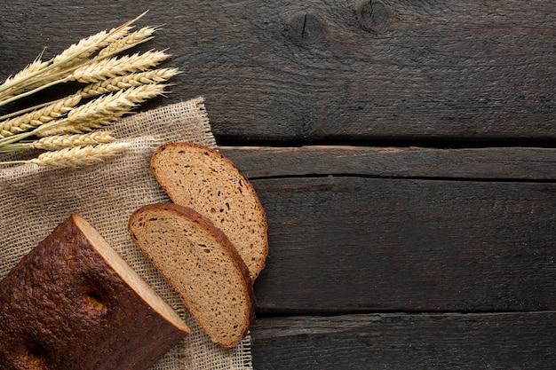 Pain frais et blé sur bois Photo Premium