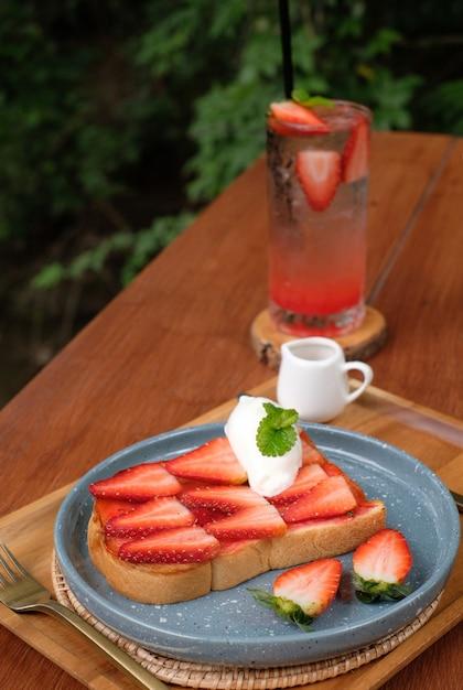 Pain grillé aux fraises avec fond de soda glacé à la fraise Photo Premium
