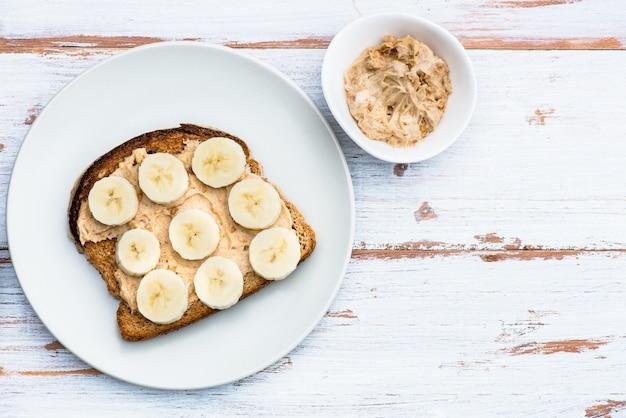Pain grillé avec pain d'arachide et banane Photo Premium