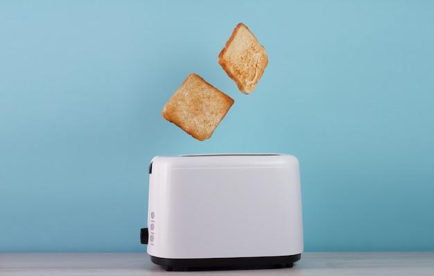 Pain grillé surgelé d'un grille-pain en acier inoxydable Photo Premium