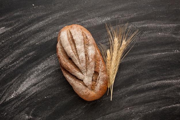 Pain à l'herbe de blé et à la farine Photo gratuit