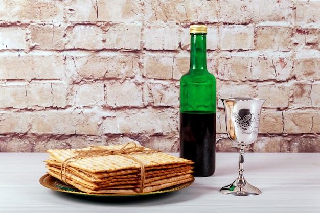 Un pain de matza juif avec du vin. concept de vacances pascal Photo Premium