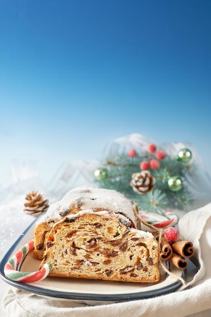 Pain de noël avec des brindilles et des baies de sapin, fond Photo Premium