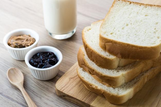 Pain petit déjeuner sur bois Photo Premium
