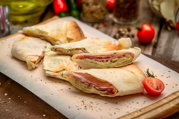 Pain Pita Sandwich Club Santé Avec Fromage, Jambon Et Persil Photo Premium