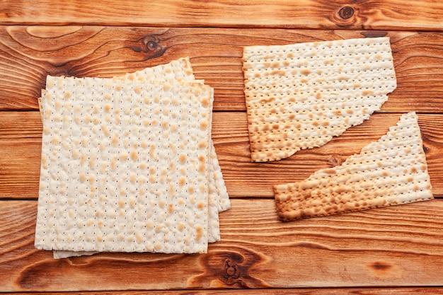 Pain plat à base de pain azyme pour les grandes fêtes juives sur la table Photo Premium