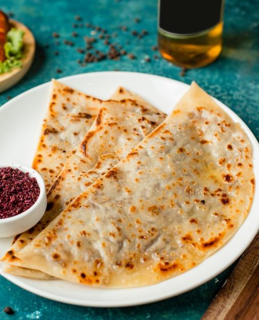 Pain plat farci au gutab d'azerbaïdjan avec viande hachée servie avec du sumac Photo gratuit