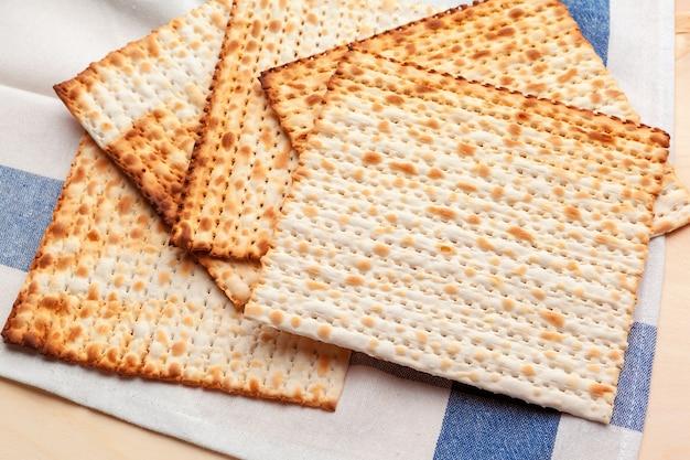 Pain plat matzo pour les grandes fêtes juives sur la table Photo Premium