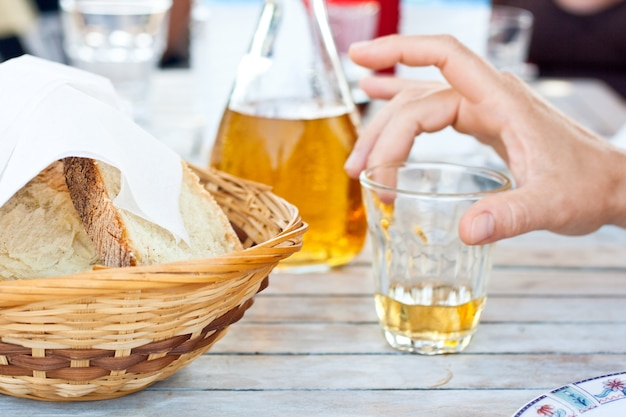 Pain et retsina, vin grec Photo Premium