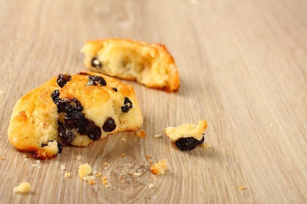 Pain sans gluten douce sans gluten avec des raisins secs sur fond en bois Photo Premium