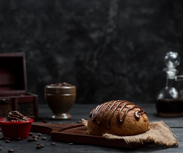 Pain à la sauce choco et mousse au chocolat Photo gratuit