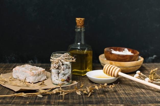 Pain de savon bio avec ingrédients sur fond sombre Photo gratuit