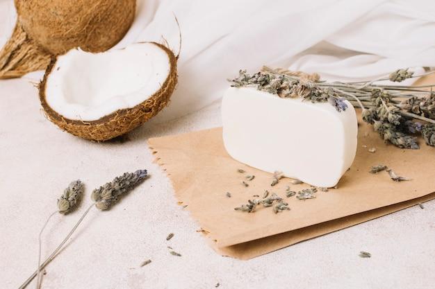 Pain de savon à l'huile de coco biologique avec noix de coco Photo gratuit