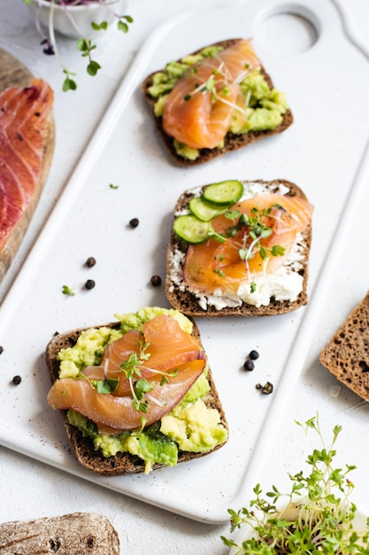 Pain de seigle, saumon fumé, concombre et micro-légumes Photo Premium