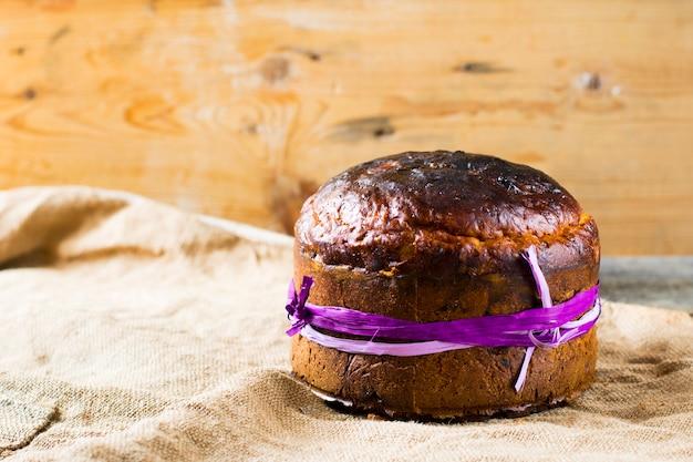 Pain sucré de pâques kulich, paska, brindilles de saule orthodoxes. oeufs de pâques colorés sur fond en bois. Photo Premium