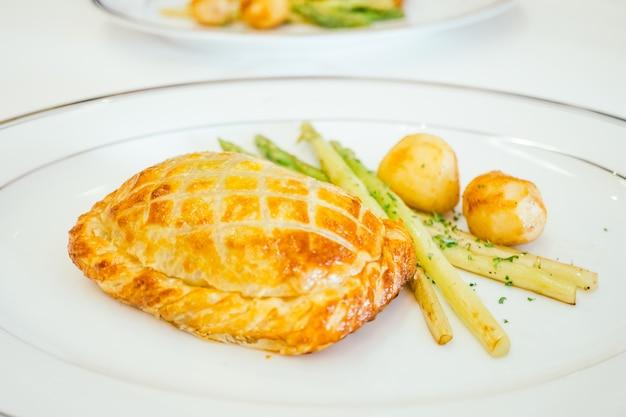 Pain à tarte au poulet au légume Photo gratuit