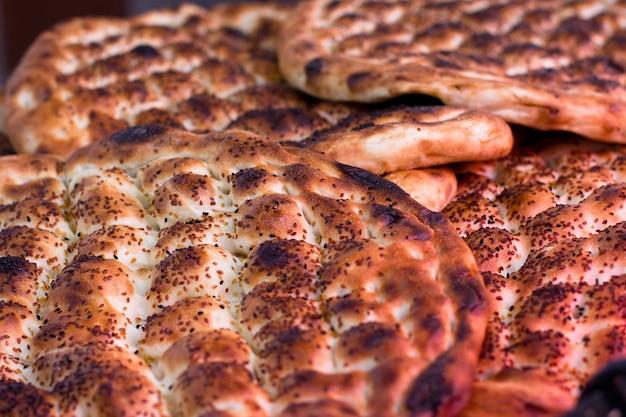 Pain turc traditionnel cuit au four. pain de ramadan Photo Premium