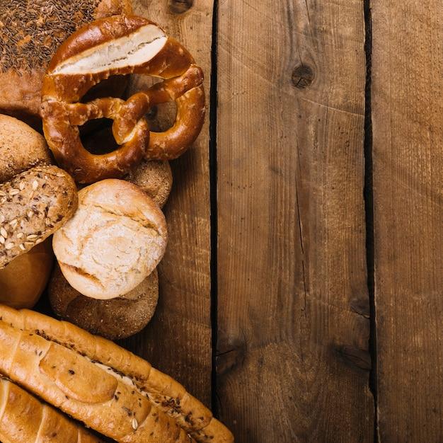Pains cuits au four sur une table en bois avec un espace pour le texte Photo gratuit