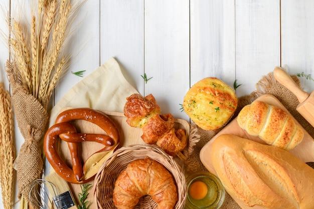 Pains faits maison ou chignon, croissant et boulangerie Photo Premium