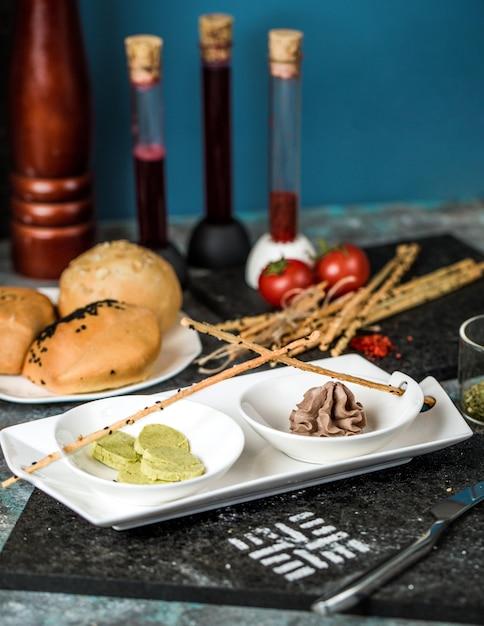 Pains à pain, choux au chocolat et craquelins Photo gratuit