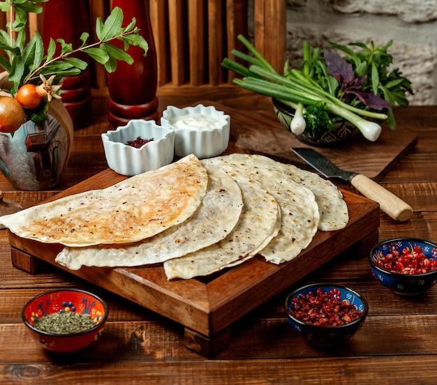 Pains plats farcis au gutab azerbaïdjanais avec viande hachée et herbes Photo gratuit