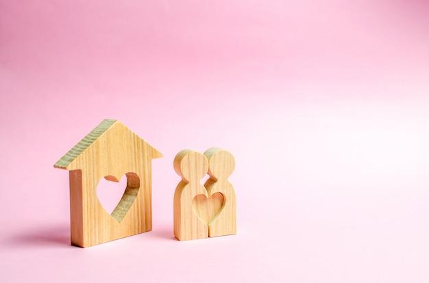 Paire d'amoureux debout près des gens à la maison Photo Premium