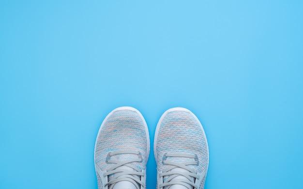 Paire de baskets de sport à la mode sur fond bleu clair. Photo Premium