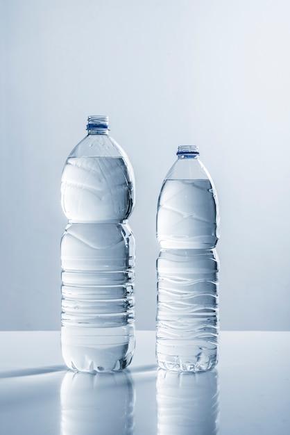 Paire de bouteilles d'eau Photo gratuit