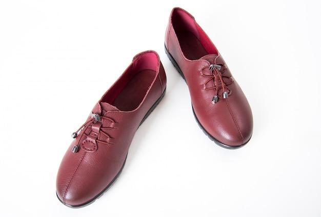 Paire de chaussures en cuir pour femmes isolées sur blanc Photo Premium