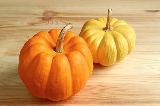 Paire de citrouilles mûres de couleur orange et jaune Photo Premium