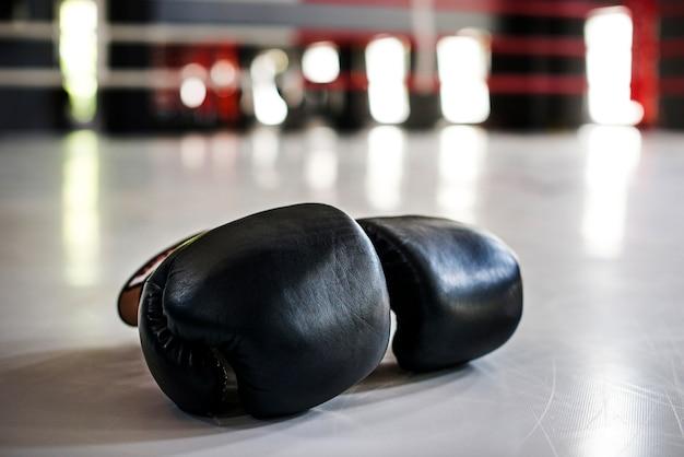 Paire de gants de boxe noirs Photo gratuit