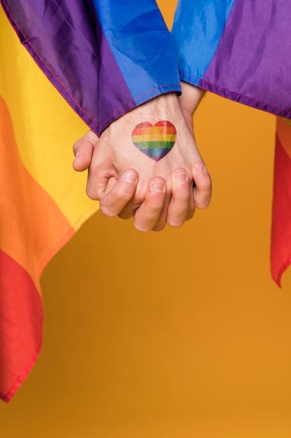 Paire gay tenant par la main Photo gratuit