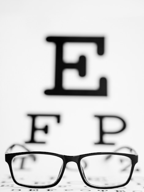 Paire De Lunettes Noires Avec Un Blanc De Test Photo gratuit