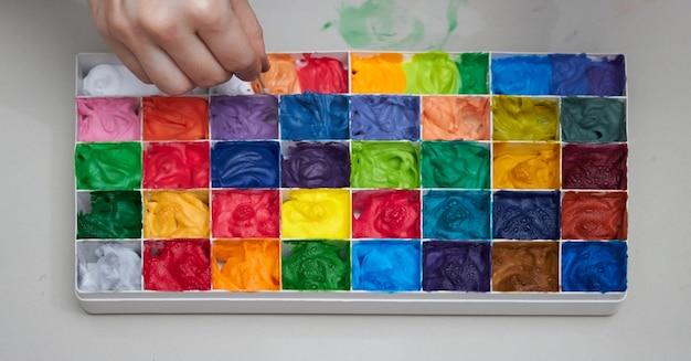 Palais colorés pour les œuvres d'art avec mélange à la main Photo Premium