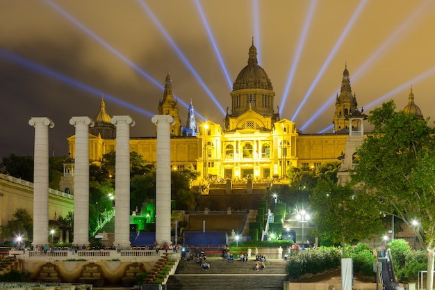 Palais national de montjuic en soirée Photo gratuit