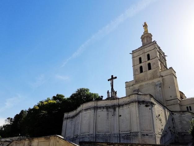 Palais Des Papes Entouré De Verdure Sous La Lumière Du Soleil Et Un Ciel Bleu à Avignon En France Photo gratuit