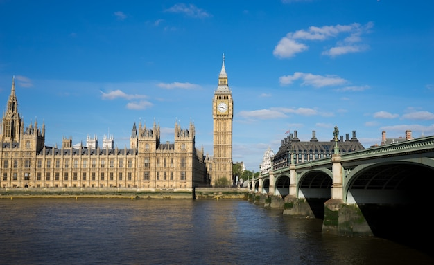 Le palais de westminster big ben à la journée ensoleillée, londres, angleterre, royaume-uni Photo Premium