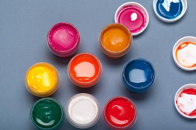 Palette d'art avec des peintures colorées Photo Premium