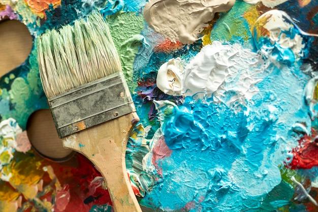 Palette de bac à peinture vue de dessus avec pinceau Photo gratuit