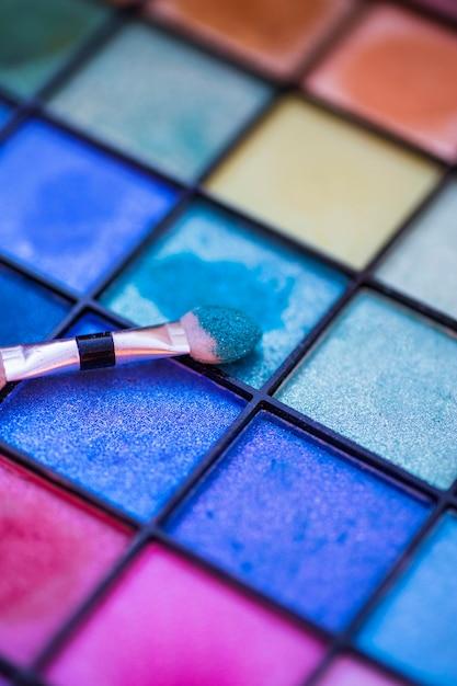 Palette colorée pour le maquillage avec un pinceau Photo gratuit